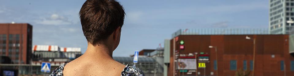 Kuva: Arkipäivän kokemuksia köyhyydestä -kirjoituskilpailu, kuvassa nainen katsoo kaupunkia