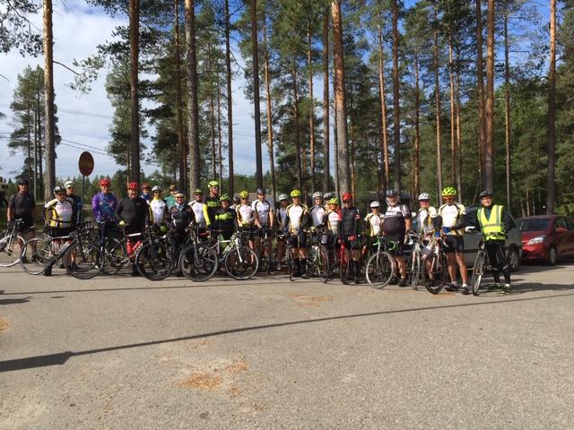 Kuva: Tour De vaivaisukot kuvassa 26 pyöräilijää