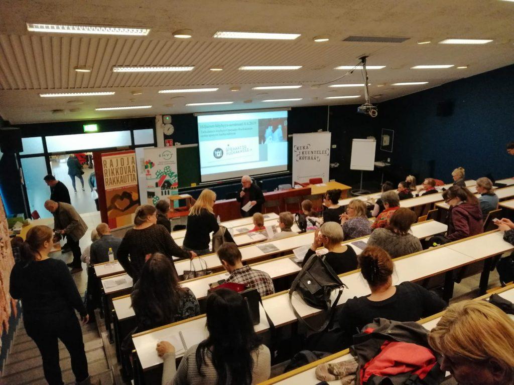 Kuva: Kuka kuuntelee köyhää Turku Hiljainen köyhyys 8.4.2019, kuvassa luentosali, jossa ihmisiä