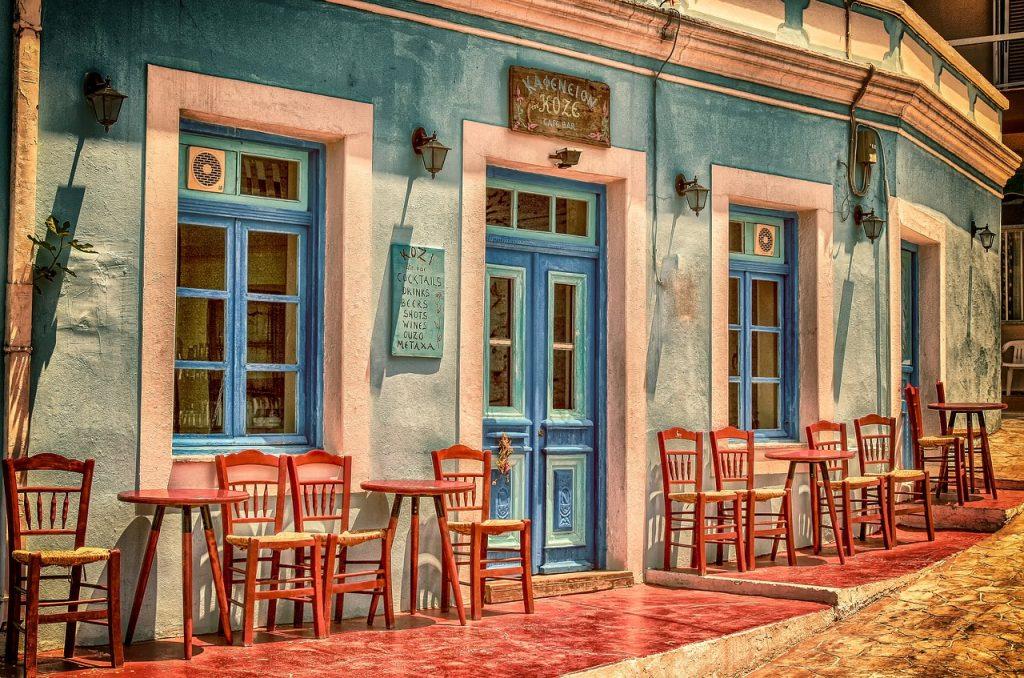 Kuva: sininen talo auringonpaisteessa
